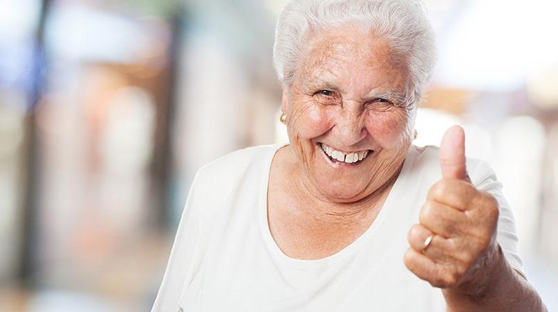 La salud bucodental es un aspecto importante en todas las etapas de nuestra vida, pero cuando vamos envejeciendo debemos ir prestando más atención aun al estado de nuestras piezas dentales y encías para garantizar una correcta salud bucodental. Es necesario hacer revisiones semestrales o trimestrales para poder detectar a tiempo posibles problemas y de este modo evitar enfermedades periodontales antes incluso de que estas se produzcan. ¿En qué debo prestar más atención como persona mayor en mi salud bucodental? Como hemos mencionado anteriormente en el caso de los adultos mayores es posible que sufran de diferentes alteraciones referidas a la salud bucal. Aunque el cepillado, enjuague y la utilización del hilo dental se realice a diario como se recomienda pueden aparecer problemas. Estas situaciones pueden deberse a diferentes factores, como el uso de prótesis dentales, el paso del tiempo y el tomar medicamentos pueden afectar en nuestra salud bucodental. A nivel de piezas dentales, es más probable en personas de la tercera edad que aparezcan caries y se deterioren las superficies radiculares. Siempre recomendamos el uso regular y diario del cepillo de dientes con una pasta con flúor, utilizar el hilo dental o los cepillos interdentales, así como la visita regular al odontólogo. Otro de los problemas que pueden ir apareciendo con el paso del tiempo es la sensibilidad. Esto es causado a la retracción de las encías y que se expongan zonas del diente que no están protegidas por el esmalte dental. Esto causará dolor y molestias a la hora de masticar alimentos o tomar bebidas tanto frías como calientes. En este caso recomendamos el uso de pastas de dientes especiales para dientes sensibles. Si ve que con el paso del tiempo las molestias se agravan es muy recomendable la visita al odontólogo cuanto antes para evitar problemas mayores. Cuando nos hacemos mayores es posible que el médico nos indique la toma de algún medicamento que a priori no debe afectar nuestra salud buc